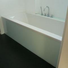 Badewannenverkleidung Front und Ablage aus lackierten Gläsern