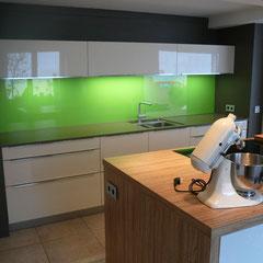 Küchenrückwand mit lackiertem Glas
