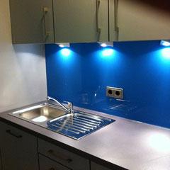 Küchenwand aus Glas rückseitig  in blau lackiert