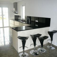 Glasküche mit schwarzem Glas