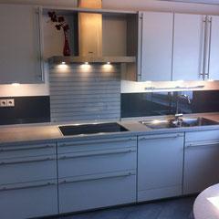 halbhohe Glaselemente als Spritschutzverkleidung Küchenwand