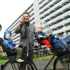 リチャードさんとその子供たち。普段は近所だけでなくアムステルダムへ行くときも自転車。軽く小一時間は漕ぐことになりますがへっちゃらだそうです
