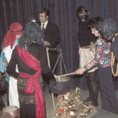 Bühnenumbau 1975 während einer Pause.