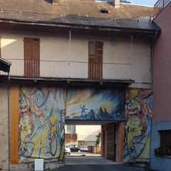 Man sieht es an der Graffiti. Ein richtiges Velofahrerhotel.