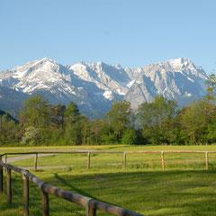 Das Wettersteingebirge, rechts die Zugspitze