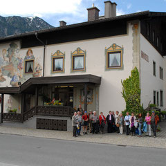 Einen Teil der Gruppe vor dem Hotel. Im Hintergrund das Estergebirge