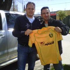 Nestor Gomez (Las mandarinas de Brandsen) y Dylan Forciniti en la entrega de la camiseta para el museo
