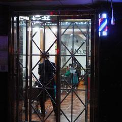 Gitter vorm Frisörladen
