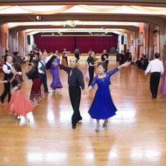 オーケストラホール(250帖)での、ダンス風景。サクラ材の床で思う存分踊れます。