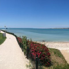 Sentier côtier le long de la plage
