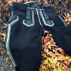 7. Werdenfelser Kniebundhose aus schwarzem sämisch gegerbten Hirschleder mit zweifarbiger Stickerei