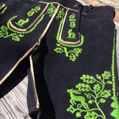 18. Miesbacher Lederhose aus schwarzem Hirschleder mit grüner Plattstickerei und S-Laubverzierung (023)
