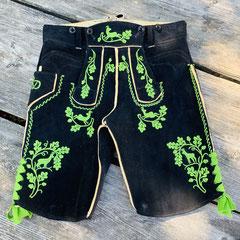 9. Dunkle kurze Lederhose aus schwarzem Hirschleder mit ausgeprägter grüner Plattstickerei und S-Laubverzierung