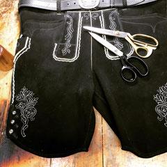 """2. Modell """"Flori"""" - Kurze schwarze Hirschlederhose mit weißem Steppstick und dazugehörigem Rinderledergürtel"""