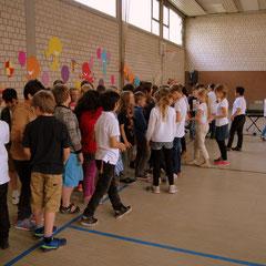 <h3><br><br><br><br><br>Die Kinder der Klasse 3a überreichen den Viertklässlern ihre Abschiedsgeschenke....<h3>