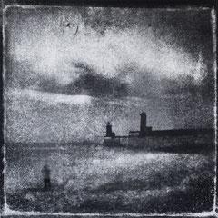 FÉCAMP - P : Phares et Jetées, Monotype, tirage au charbon direct, bichromie. ©Annick Maroussy Amy