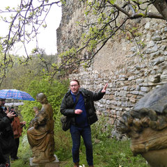 Ronald Woldron vor dem ältesten Teil der Drosendorfer Stadtmauer, gebaut aus Marmorsteinen (!). Foto: CB