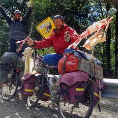 Argentine. Terre de Feu. Arrivée à Ushuaïa en compagnie de franck, un cyclo-voyageur allemand.
