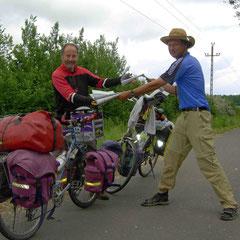Frontière Hongrie/Roumanie: échange de carte avec un cycle-voyageur allemand