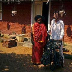 Inde. En compagnie de Sri Premananda en quittant l'ashram