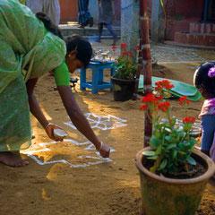 Inde. Kolam pour la nouvelle année à l'ashram Shantivanam