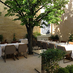 """Sol, fontaine et transplantation d'un tilleul dans la cour intérieure de l'hôtel """"La Maison d'Uzès"""" (30)"""