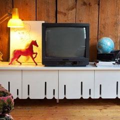 tv möbel mit schlitzen für die verbindung von fernbedienung und geräte
