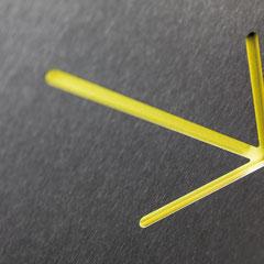 """Piktogramm """"Richtungspfeil"""" als Konturschnitt in Edelstahl hinterlegt mit farbigem Karton"""