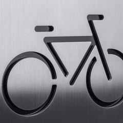 """Piktogramm """"Fahrradstellplatz"""" als Konturschnitt in Edelstahl hinterlegt mit Standard schwarzer Farbkarte"""