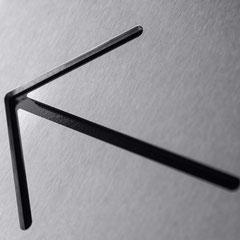 """Piktogramm """"Richtungspfeil"""" als Konturschnitt in Edelstahl hinterlegt mit Standard schwarzer Farbkarte"""