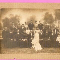 Mariage Marcelle Malin (la seconde fille de Juliette GRAIRE) A gauche des mariés, Juliette Graire. Au 2ème rang, 3ème à partir de la droite : Marcel. Au 1er rang, assises à l'extrême droite, Alice avec la petite Loulou