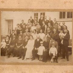 Mariage de Lucienne (la soeur d'Alice) Assise à l'extrême gauche, Alice et la petite loulou, au 2ème rang à gauche, Marcel