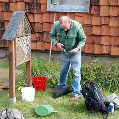 Jürgen Schulz arbeitet am Insektenhotel