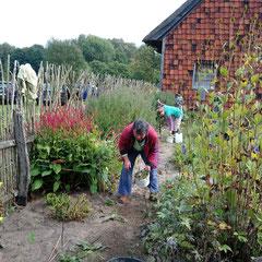 Katrin und Manda arbeiteten an den Blumenbeeten
