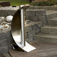 Feuersegel: Feuerstelle aus Edelstahl. Foto bei Tageslicht