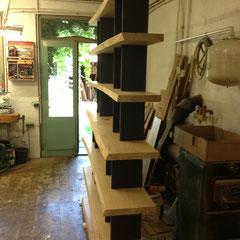 In der Werkstatt: Nr. 3 Eicheregal massiv mit schwarzer MDF - Platte / Oberfläche noch roh