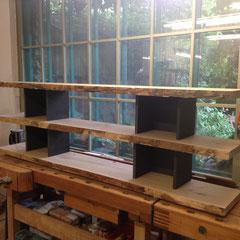 In der Werkstatt: Nr. 1 Eicheregal massiv mit schwarzer MDF - Platte / Oberfläche noch roh