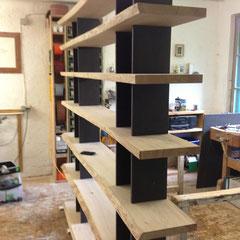 In der Werkstatt: Nr. 2 Eicheregal massiv mit schwarzer MDF - Platte / Oberfläche noch roh