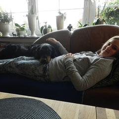 Cayuga u. Kaja Schmusestunde auf dem Sofa
