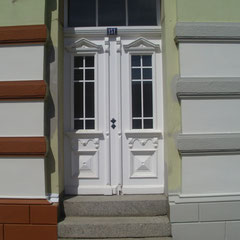 Anbringen von Farbproben, Fassadensanierung in Lauenburg, 2014