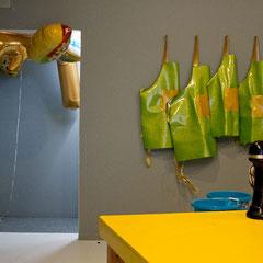 Detailansicht mit Foodballoons und Schürzen vor der Performance, Foto: Arjuna Capulong, (c) Veronika Merklein