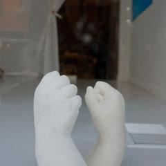 Gipsabgüsse zweier Fäuste der Künstlerin, Dokumentationsfoto: Arjuna Capulong, (c) Veronika Merklein
