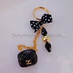 """n. 07 - portachiavi borsetta """"Chanel"""" in fimo con perle varie e fiocchetto in raso."""
