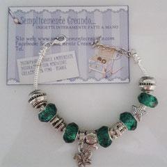 BR.AC_037 Bracciale Pandora Style in acciaio nei toni del verde. Charm a forma di farfallina. Chiusura con moschettone + catena di allungamento.
