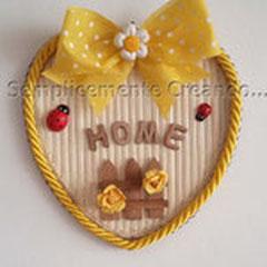 """n. 28 Targhetta """"Home"""" a forma di cuore su sottopentola flessibile in materiale tipo bambù a costine rilegate.  Bordo cuore in tessuto.  (cm 14 x 14 x 0,4) con decorazioni varie"""