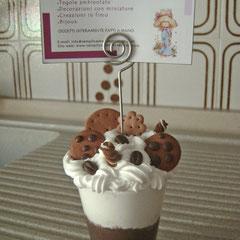 """n. 01 Portamemo con fimo e silicone """"Panna/cioccolato con biscottini"""""""