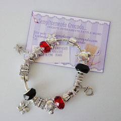 BR.AC_036 Bracciale Pandora Style in acciaio nei toni rosso e nero. Charm a forma di cuoricino, stella marina e farfallina. Chiusura a clip