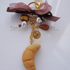"""n. 12 portachiavi biscotto """"Croissant"""" in fimo con perline varie. (Dimensioni circa cm 2 x 4,5 x 1,7)"""