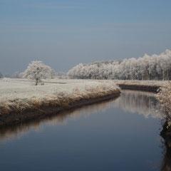 Tief eingefrorenes Land im Januar . Sonne und Eiskälte