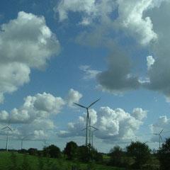 Der Himmel und die Wolken - Ostfriesland Farben : grün blau und weiss